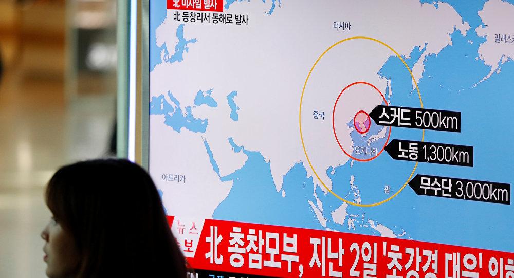 Una televisión surcoreana muestra en una infografía el posible alcance de los misiles norcoreanos (Archivo)