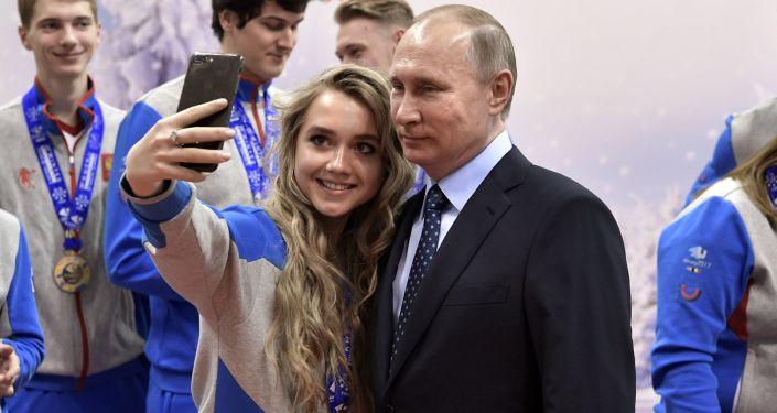 El presidente ruso, Vladímir Putin, se fotografió con los ganadores de la Universiada de Invierno en 2017, durante una visita al centro de entrenamiento deportivo 'Academia de biatlón', en Krasnoyarsk