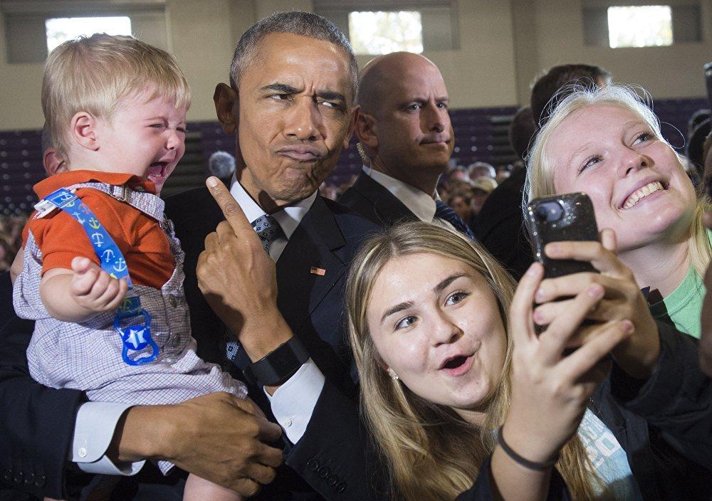 Barack Obama se fotografía junto a los partidarios de Hillary Clinton durante la campaña electoral en Ohio
