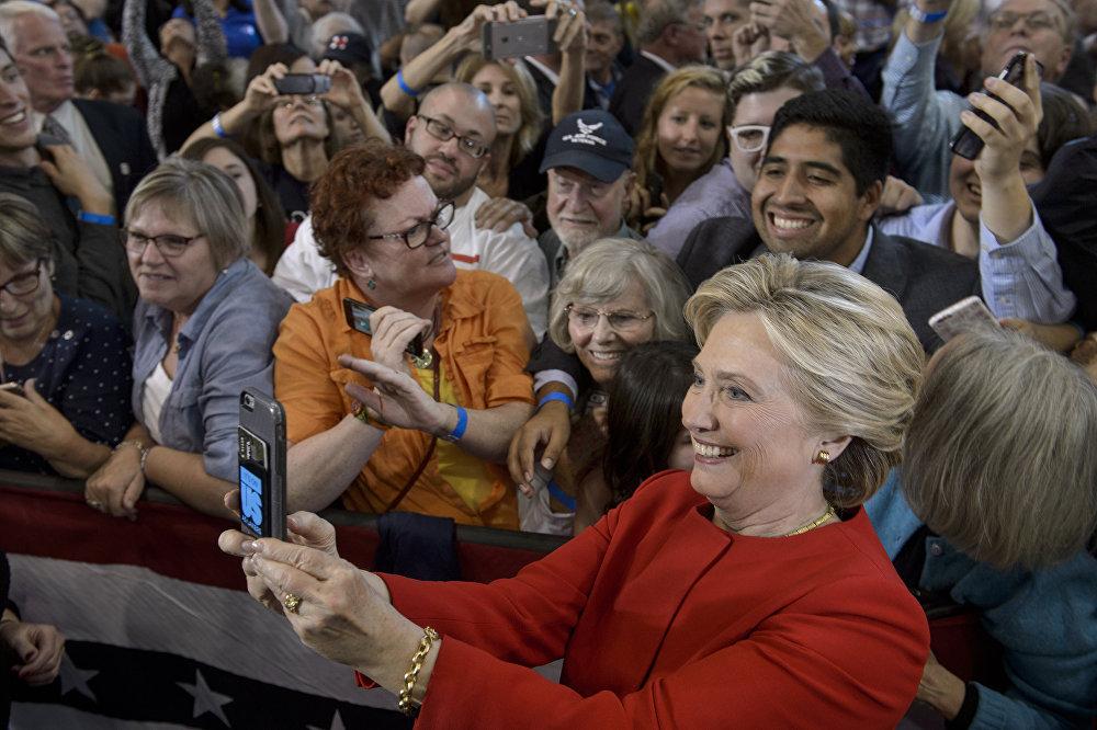 Hillary Clinton se hace un 'selfi' con sus partidarios después de una reunión que tuvo lugar en Michigan como parte de la campaña