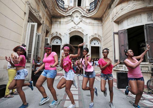 Девушки у Дворца культуры в районе Старая Гавана, Куба