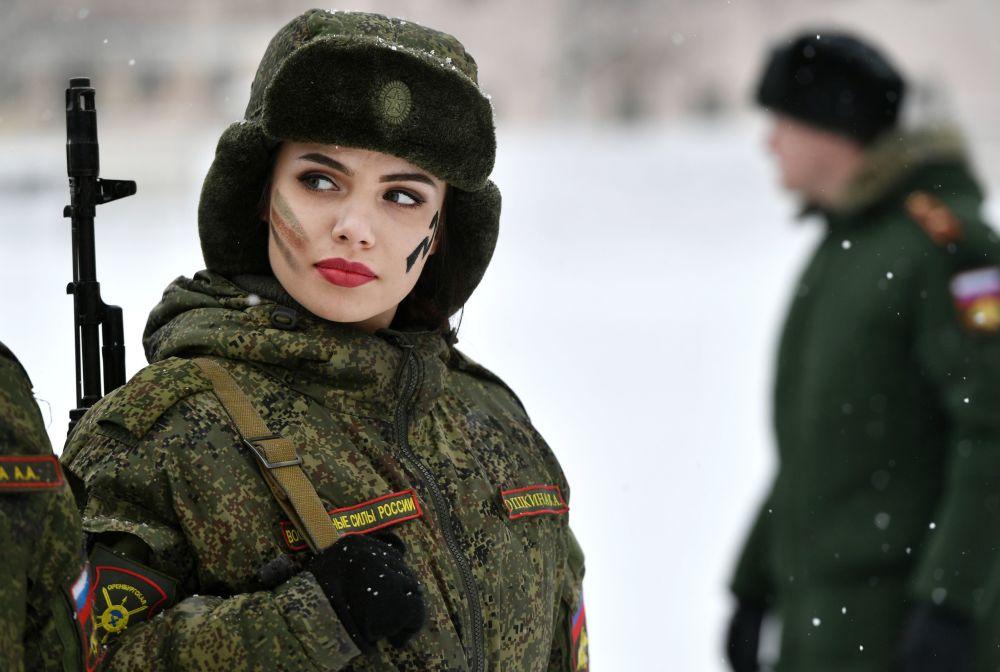 Una participante del concurso de belleza y habilidades profesionales entre las mujeres militares en la región de Yaroslavl, Rusia