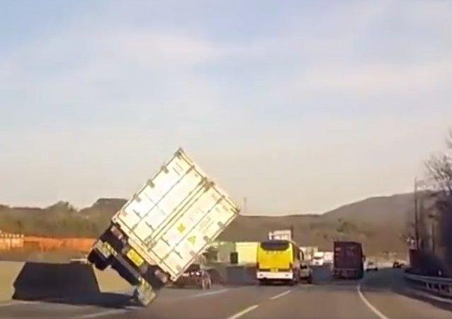 Camionero superprofesional evita un accidente con una maniobra de película de acción