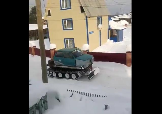 La nueva quitanieves rusa, híbrido entre automóvil y tractor