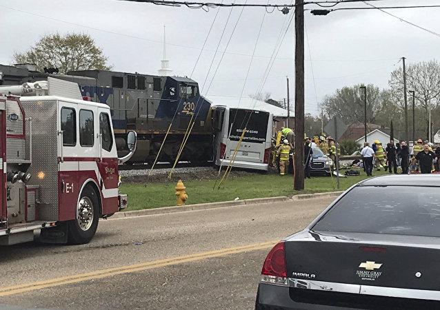 Un tren arrolla a un autobús en Mississippi