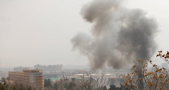 El humo en el lugar del ataque en Kabul
