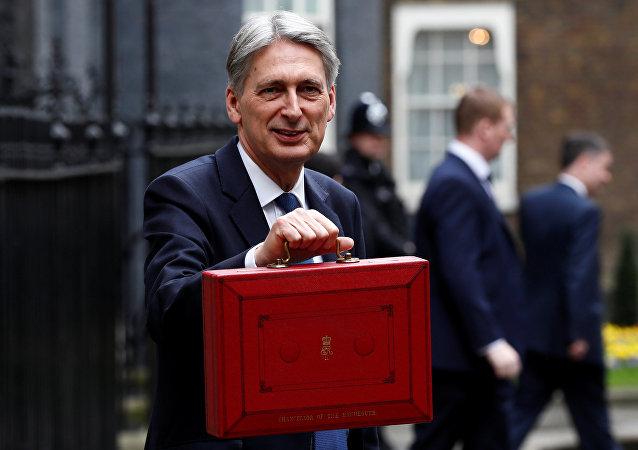Philip Hammond, ministro de Finanzas del Reino Unido, con el proyecto de Presupuesto