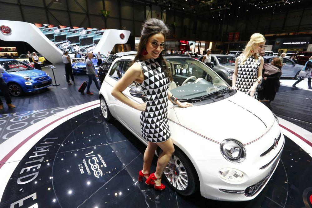 Modelos posan al lado del coche Fiat-560 en el Autosalón Internacional de Ginebra