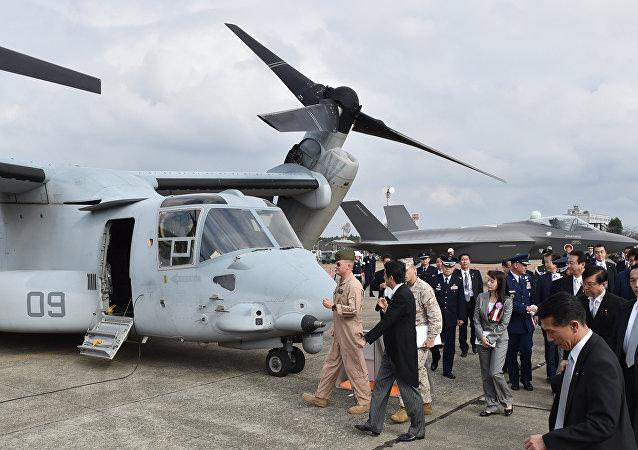 El primer ministro japonés Shinzo Abe inspecciona un avión MV-22 Osprey en la base aérea Hyakuri (archivo)