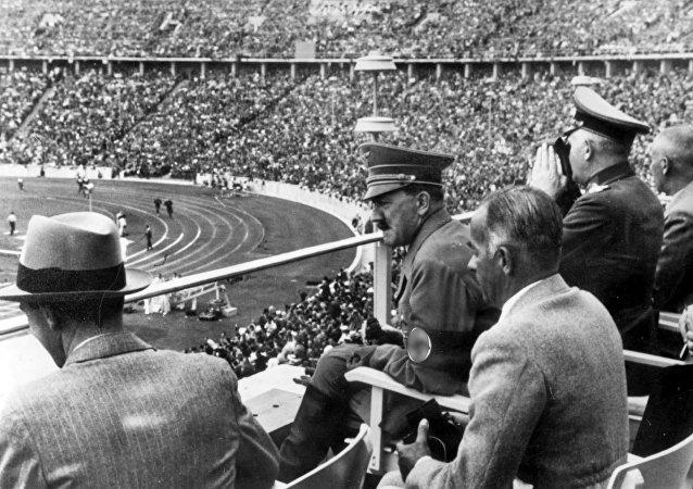 Adolf Hitler observa un evento deportivo