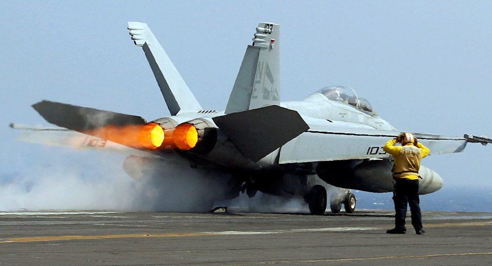 Caza F-18 en el portaviones USS Carl Vinson (archivo)