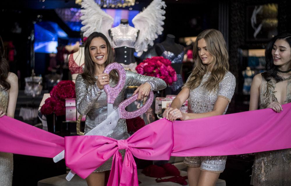 La modelo brasileña Alessandra Ambrosio participa en la apertura de la tienda de Victoria's Secret en Shanghái
