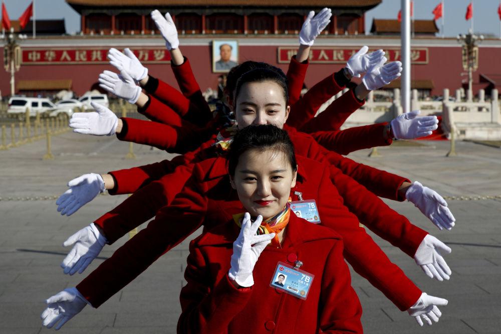 Las muchachas que trabajan con los delegados durante el Congreso Nacional del Pueblo posan para los fotógrafos en la plaza de Tiananmén, en Pekín