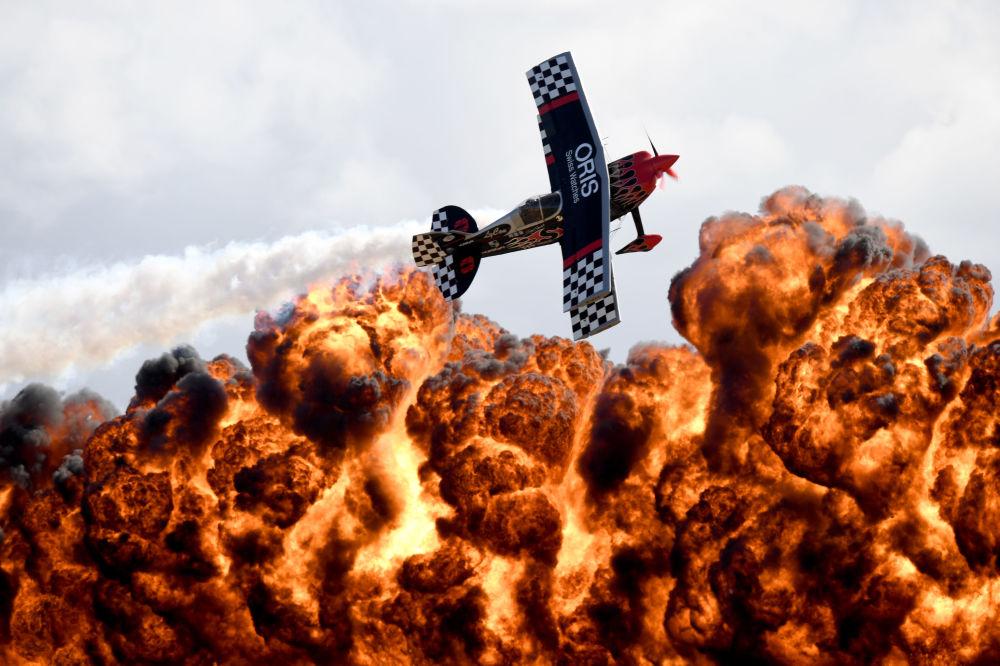 Una actuación del equipo acrobático TinStix of Dynamite durante el Salón Aeronáutico Internacional de Melbourne, Australia