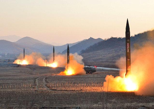 Lanzamiento de cohetes balísticos por Pyongyang (archivo)