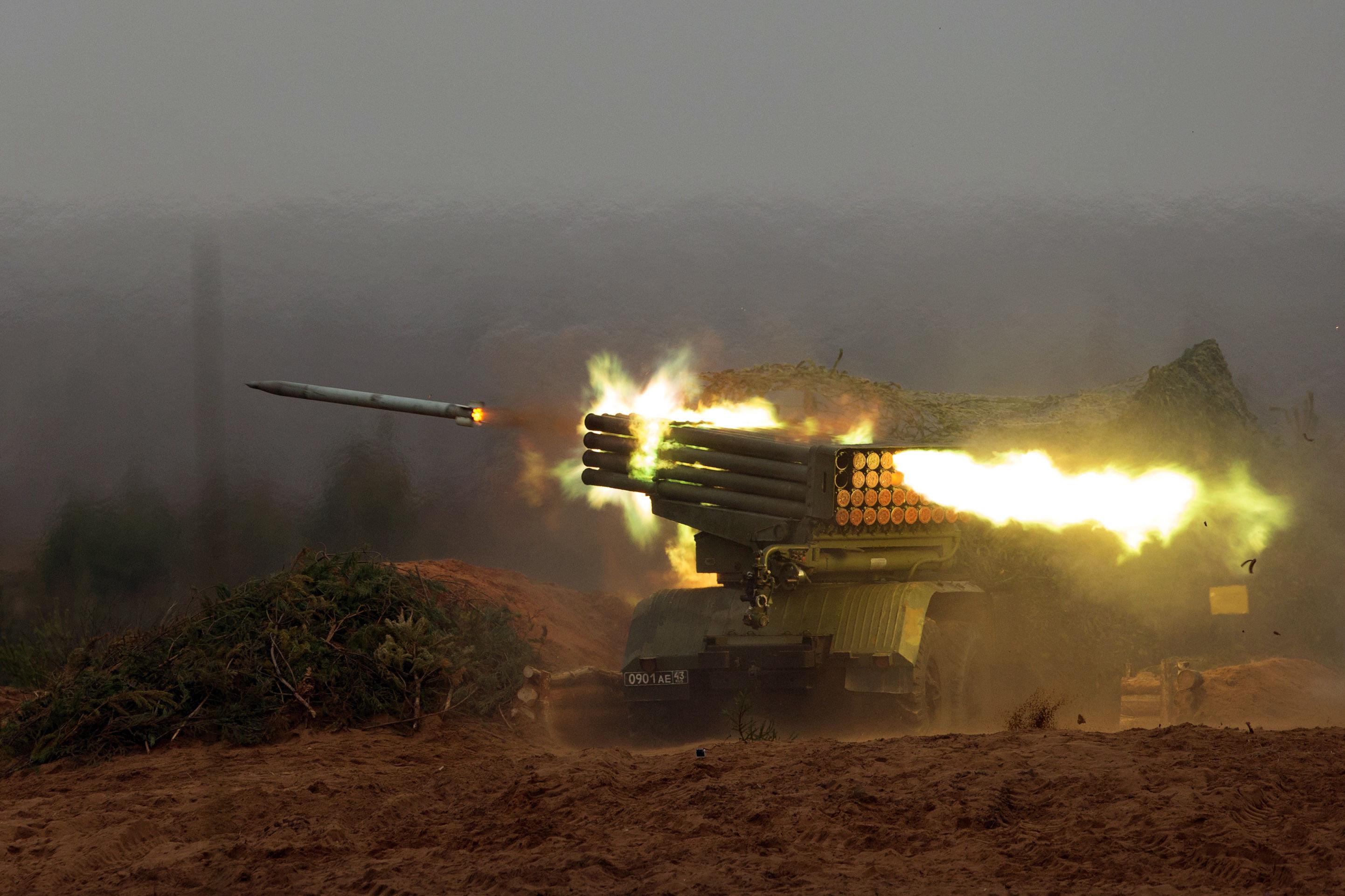 El sistema de lanzamiento múltiple Grad, durante los entrenamientos de disparo en la región de Leningrado (imagen referencial)