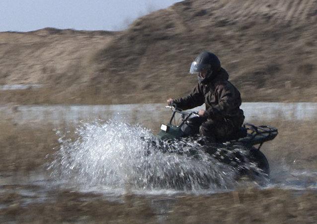 Prueban motocicleta-SUV todoterreno en Rusia