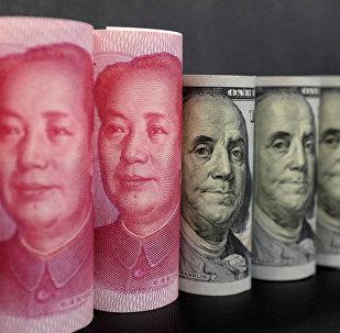 Yuanes chinos y dólares estadounidenses (archivo)