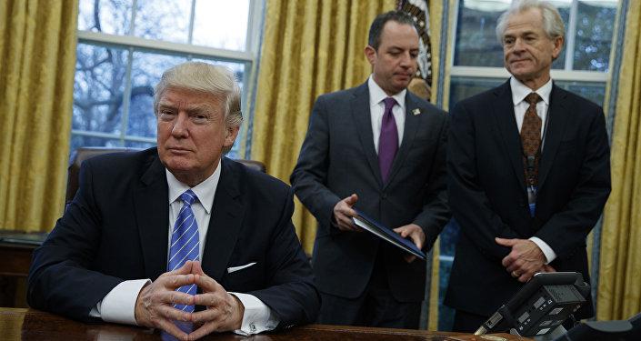 De izquierda a derecha: Donald Trump, presidente de EEUU, Reince Priebus, jefe de Gabinete de la Casa Blanca, y Peter Navarro, jefe del recién creado Consejo Nacional de Comercio de la Casa Blanca