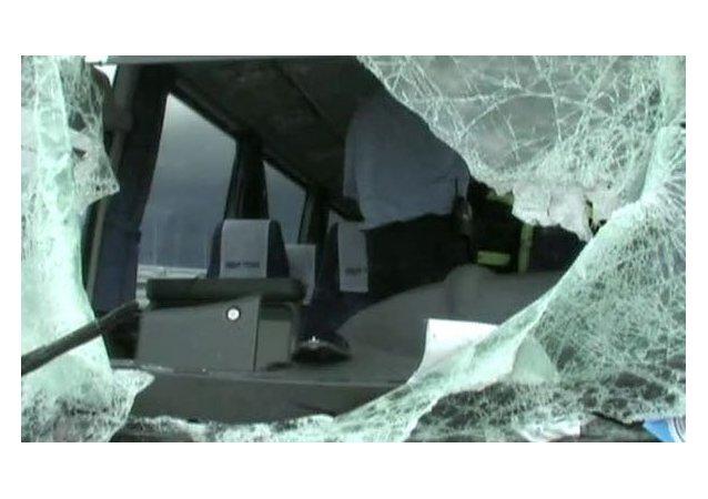 El cristal destrozado de un autobús