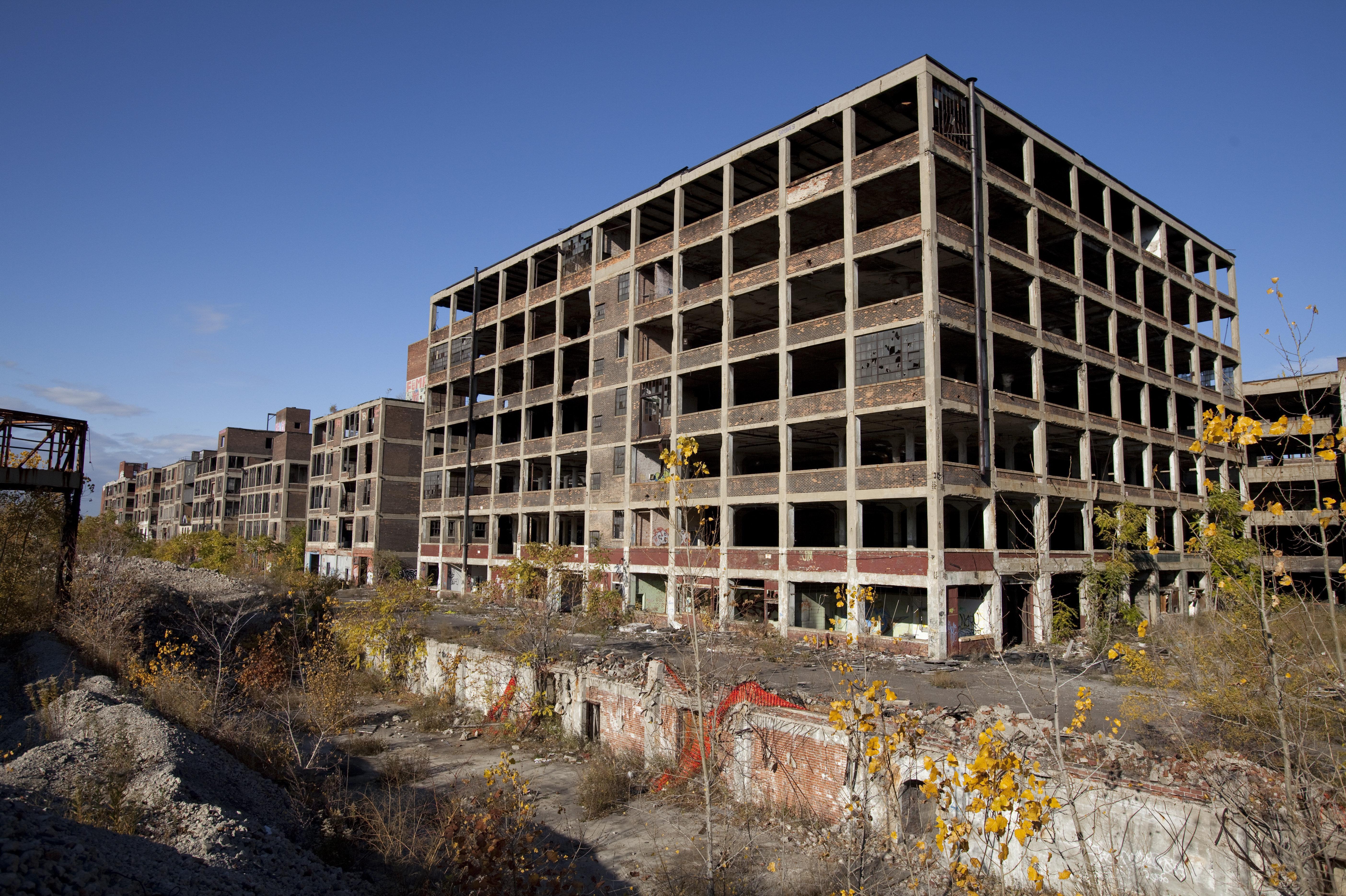 Las plantas abandonadas de Detroit se han convertido en el símbolo de la decadencia industrial. El éxodo de las grandes empresas golpeo a millones de trabajadores del noreste del país, zona llamada 'Cinturón Industrial' ('Manufacturing Belt', en inglés) y que ahora se conoce como el 'Cinturón de óxido' ('Rust Belt'). Se cree que la clase obrera ha sido la que mayoritariamente votó por Donald Trump.