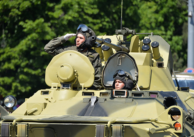Soldados en un BTR-82A (archivo)