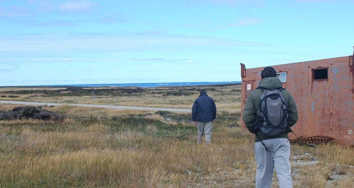 El excombatiente Armando González visita el sitio donde estaba su regimiento durante la Guerra de Malvinas, junto a su hijo Martín.
