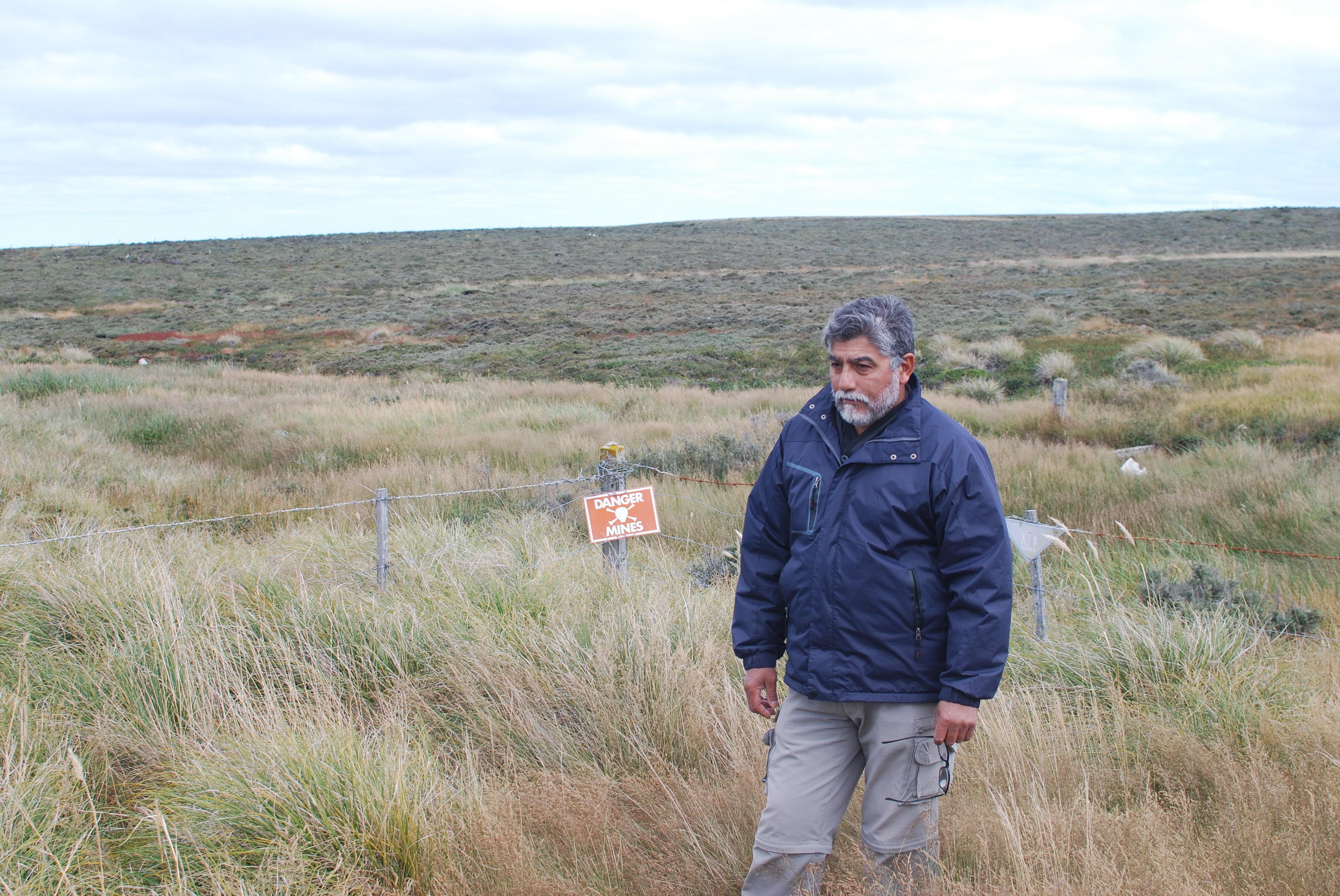 El excombatiente Armando González en un campo minado por el Ejército Argentino durante la Guerra de Malvinas