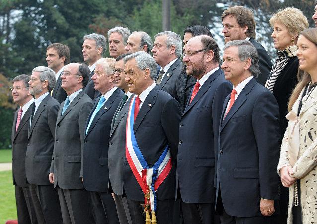 Sebastián Piñera junto a su gabinete en 2010