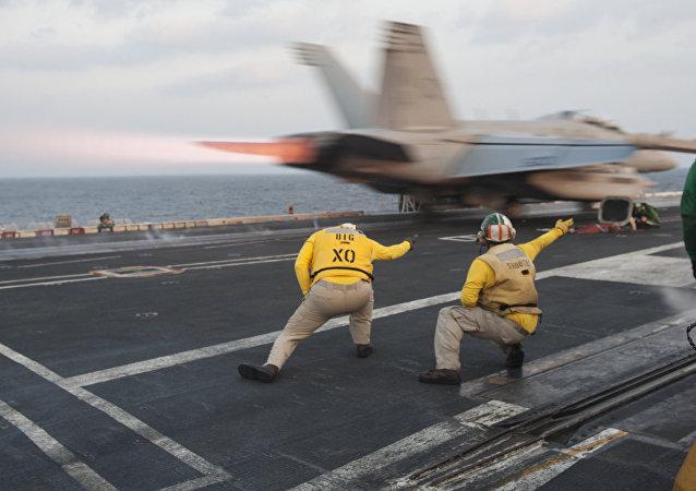 Un avión militar estadounidense despega desde el portaviones USS Carl Vinson (archivo)