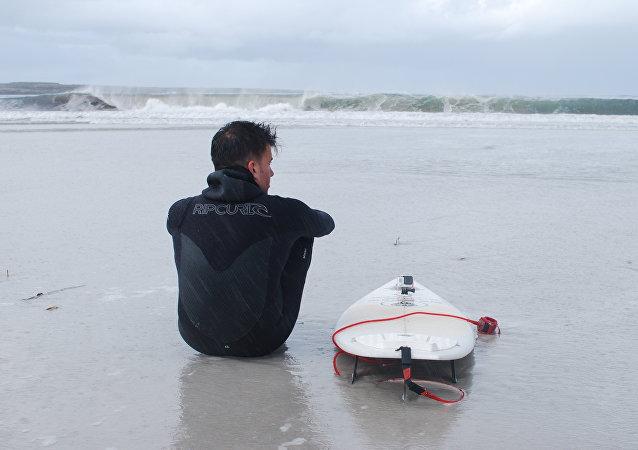 Ezequiel Martel se prepara para surfear en Malvinas