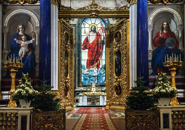 El suntuoso interior de la catedral de San Isaac de San Petersburgo