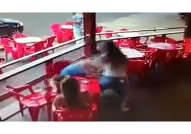 'Garota' celosa pilla al marido con otras y pone el bar patas arriba