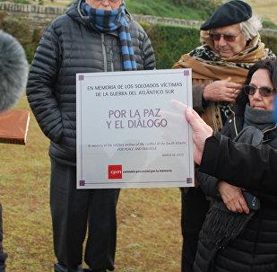 Placa depositada por la comitiva argentina en Malvinas por diálogo y entendimiento con los isleños