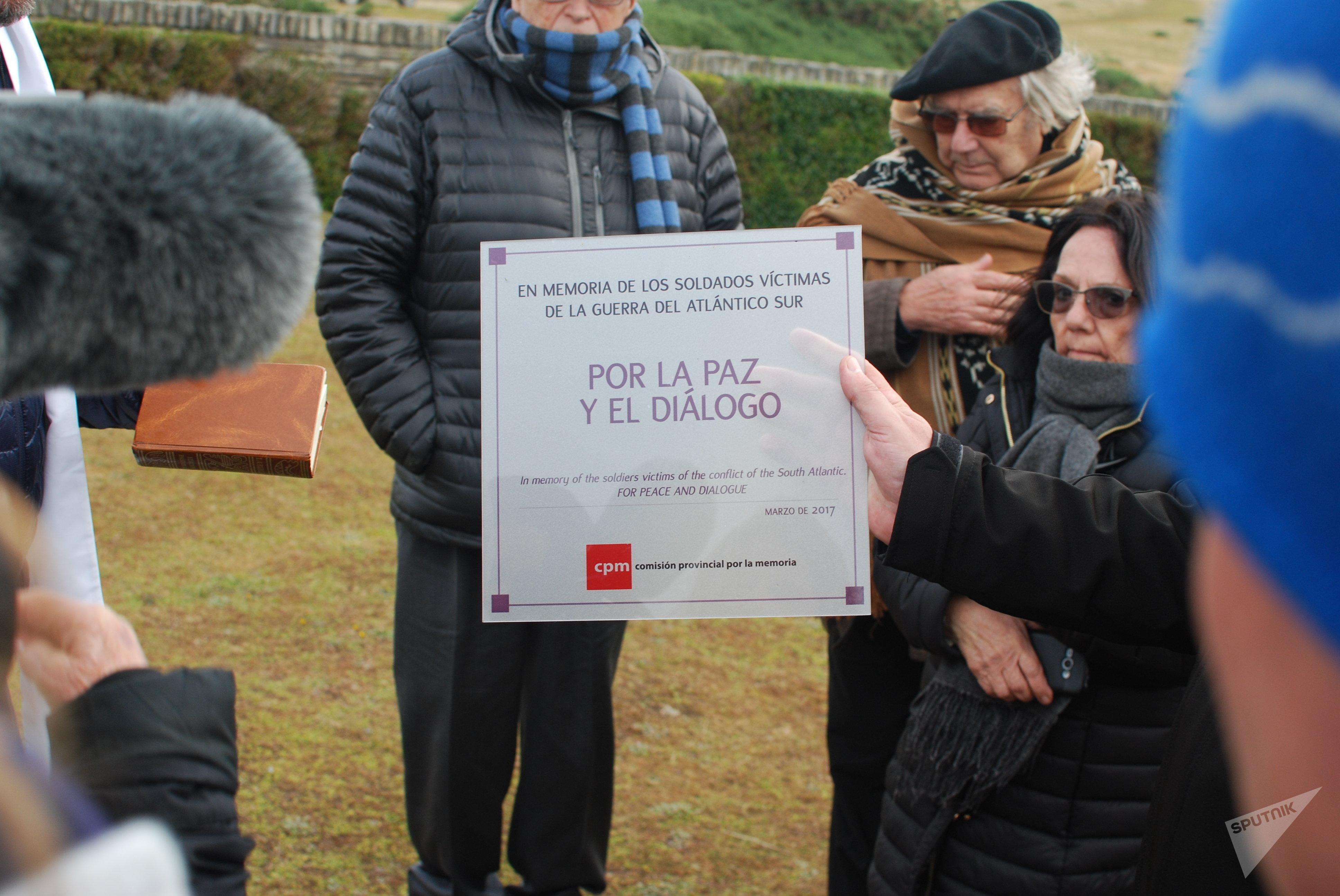 Placa pidiendo diálogo y entendimiento con los isleños depositada por la comitiva argentina en Malvinas en el Cementerio de San Carlos, donde yacen los soldados británicos de la guerra de 1982