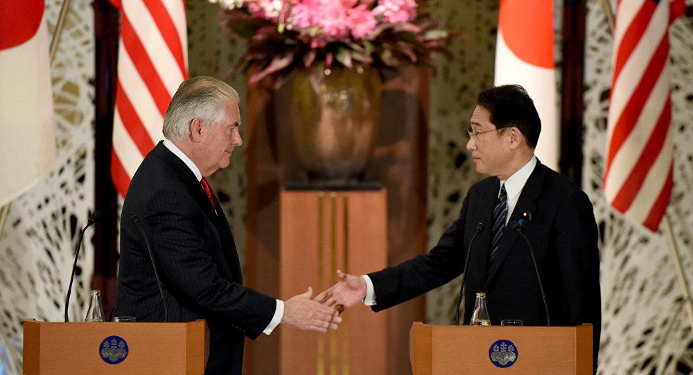 Rex Tillerson, secretario de Estado estadounidense, con Fumio Kishida, ministro de Asuntos Exteriores de Japón (archivo)