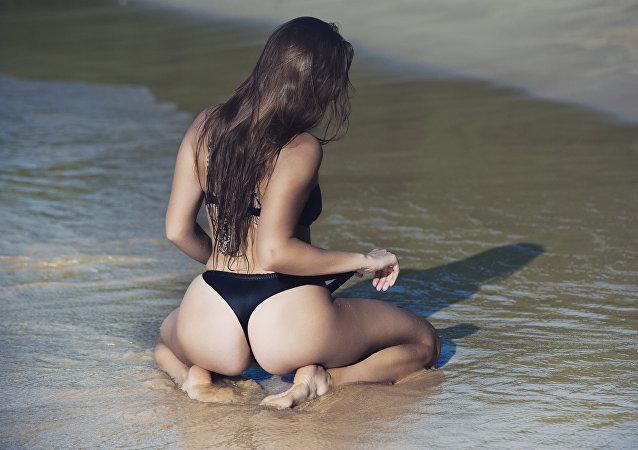 Mujer en la playa (imagen referencial)
