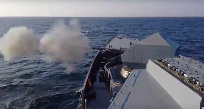 Primeros disparos del buque ruso Intachable