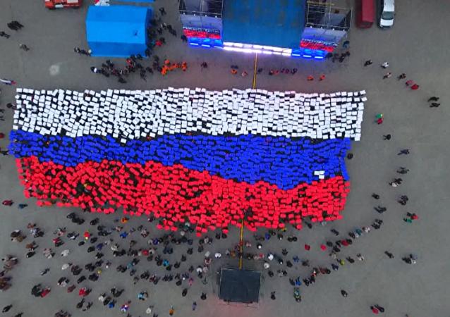 Cientos de personas despliegan una bandera rusa 'viva' en Sebastopol