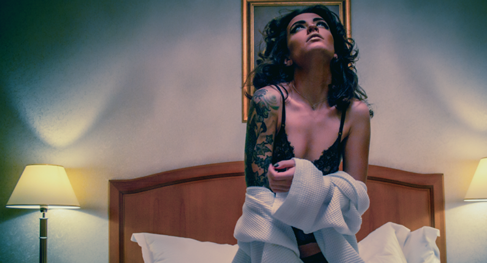 Una mujer semidesnuda (archivo)