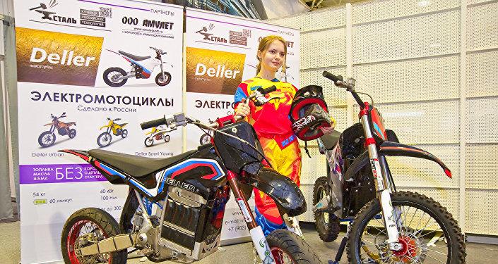 Las motocicletas Deller Sport y Sport Young en una feria de los motoristas