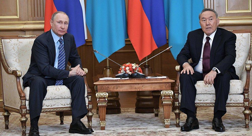 El presidente de Rusia, Vladímir Putin, con su homólogo kazajo, Nursultán Nazarbáev (archivo)