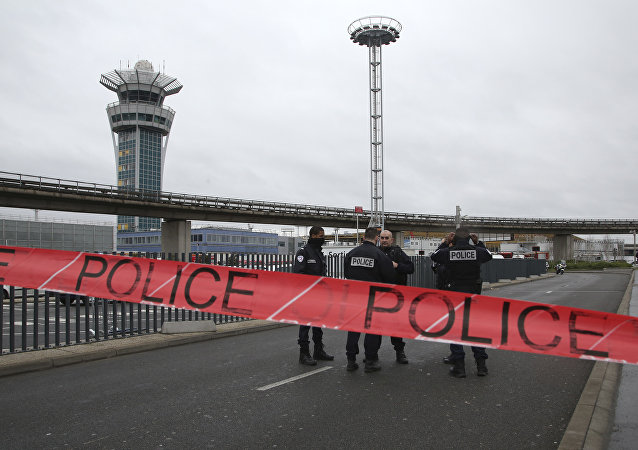Policía en el aeropuerto Orly, París
