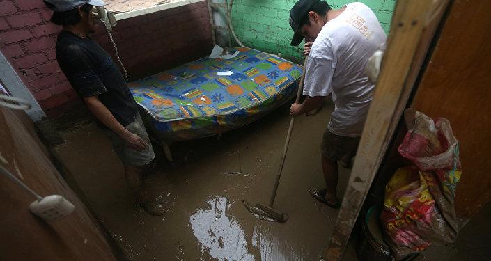 Peruanos limpian sus casa tras las inundaciones