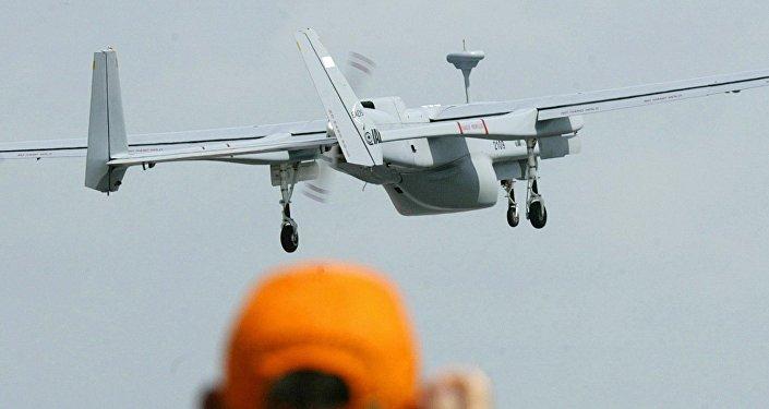 Un hombre haciendo una foto de un dron