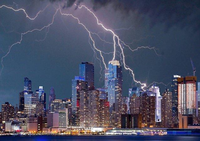 Nueva York bajo un relámpago