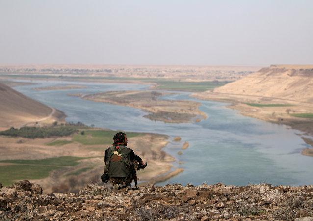 Combatiente de las Fuerzas Democráticas Sirias en la ciudad de Al Raqa en Siria (archivo)
