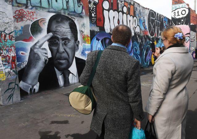 Grafiti con un retrato del ministro de Exteriores de la Federación de Rusia, Serguéi Lavrov en Moscú