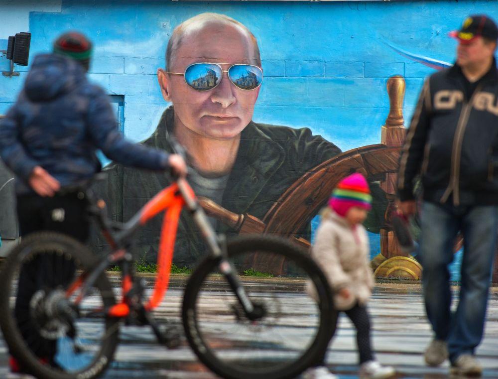 Retrato del presidente ruso, Vladímir Putin, en el muro de un edificio de Yalta, Crimea