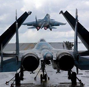 Su-33 y MiG-29K en la cubierta del crucero pesado Almirante Kuznetsov